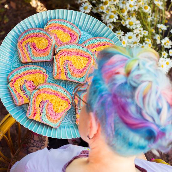 Passend zu meiner Haarfarbe habe ich mir ein Rainbow Color Brot gebacken