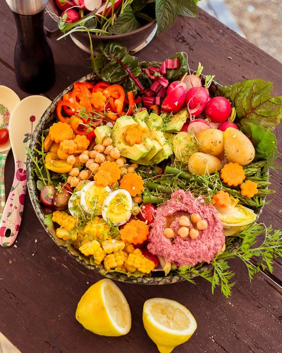 Heute gibt es Salat mit Kichererbsen und Rote Beete Humus
