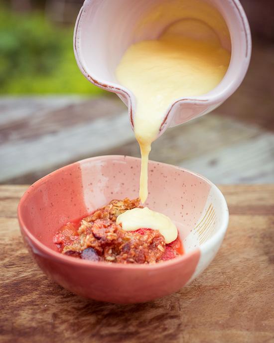 Erdbeer Rhabarber Crumble mit Vanille Soße