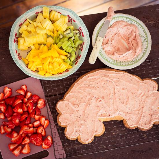 Ich habe den Regenbogencookie mit verschiedenen Früchten belegt