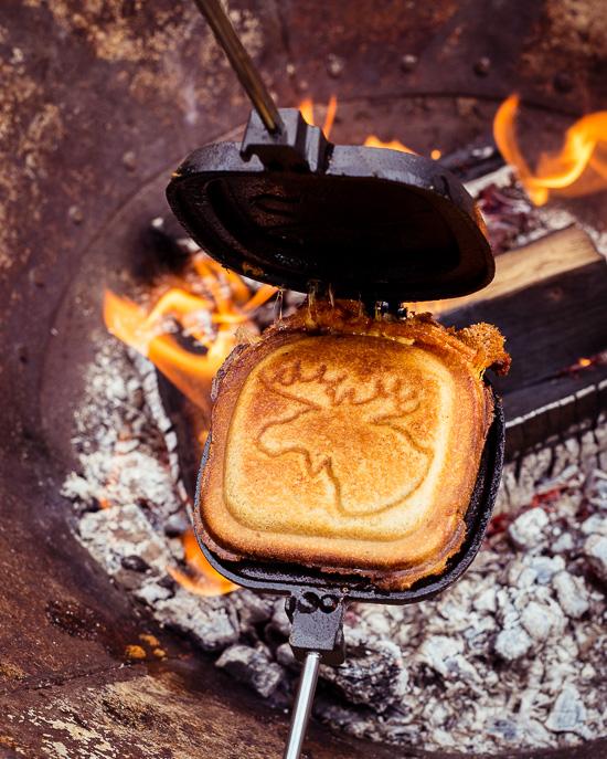 Grilled Cheese Sandwich aus der Feuerschale