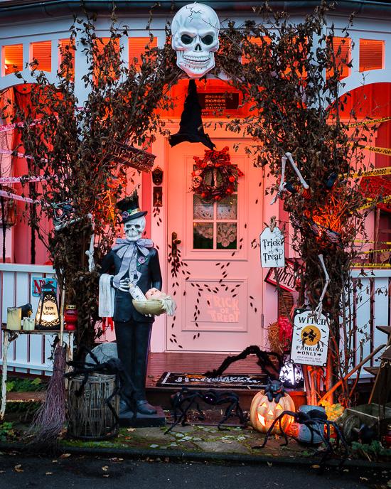 So sieht der Eingang zum meinem Haus dieses Halloween aus