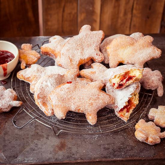Das Rezept für den Donutteig findest Du in School of Baking