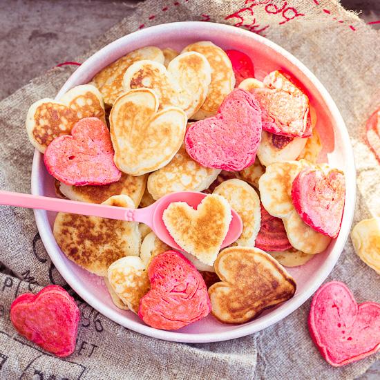 Vegane Pancakes in Herzform zum Valentinstag