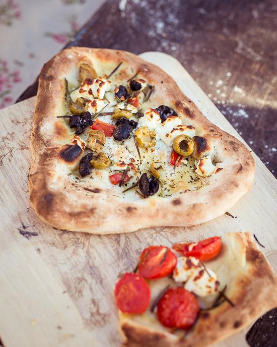 Selbstgemachte Pizza aus dem Pizzaofen im freien