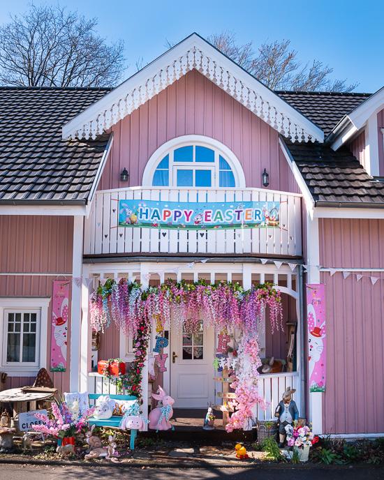 Rosa Haus Aussendekoration Ostern
