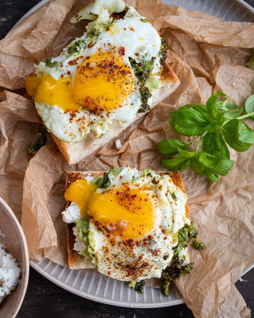 Meine Pesto Eggs / Pesto Eier auf einem Ciabatta mit Ricotta und Avocado