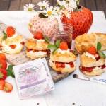 Frische Scones mit Erdbeeren und Clotted Cream