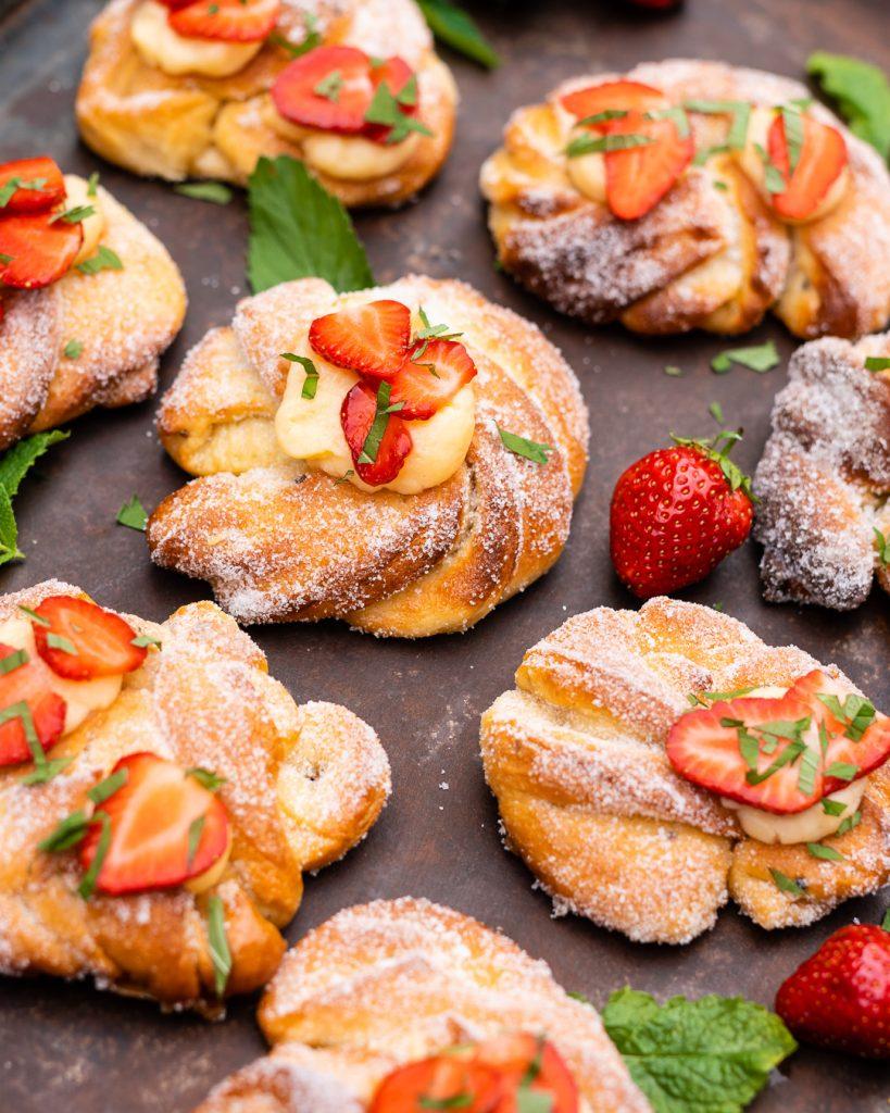 Vanille Knoten mit Erdbeeren