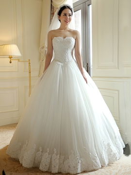 Elegant Sweetheart Appliques Ball Gown Wedding Dress