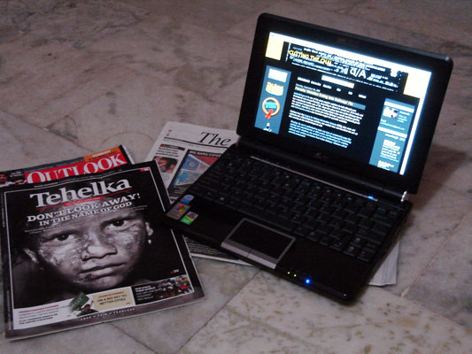 Ausu Eee PC 1000H Compared to Magazines and Newspapers