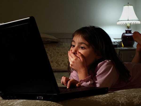 copil-in-fata-calculatorului