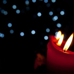 Kerzen die im Vordergrund scharf abgebildet werden und nach hinten unschärfer werden.
