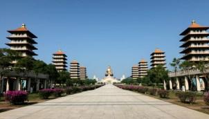 De acht heilige pagoda's, de hoofdpagoda met de heilige tand en als klap op de vuurpijl het enorme boedhabeeld.