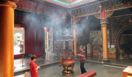 wierook branden in de tempel