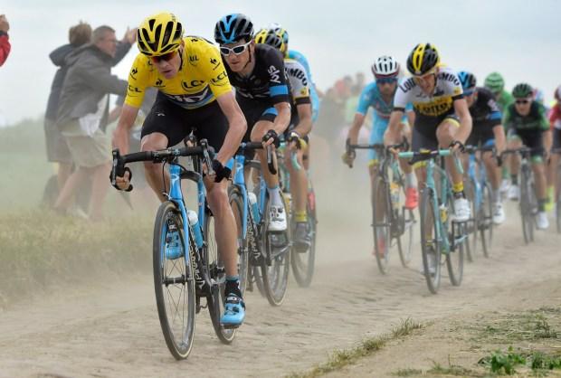 Chris Froome bei der Tour de France 2015 auf dem Kopfsteinplaster (Foto: Roth&Roth)