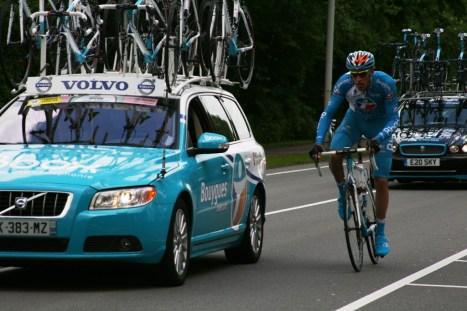 Een renner van BBOX Bouygues Telecom zoekt het zog van zijn ploegleiderswagen (foto: © Evie van der Spoel/Cyclingstory.nl)