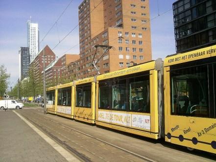 Enkele trams zijn in een geel jasje gestoken. (foto: © Tim van Hengel/Cyclingstory.nl)