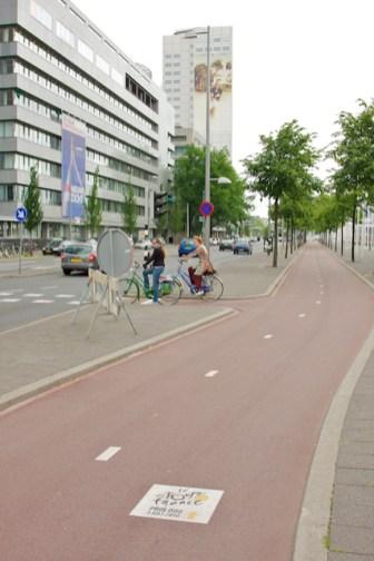 Ook hier handige teksten op het fietspad die de route van de proloog aangeven. (foto: © 2010 Laurens Alblas)