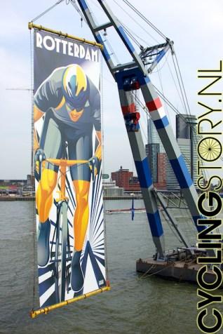 Een gigantisch spandoek met het Rotterdamse Tourlogo hangt achter het podium (foto: © Laurens Alblas / Cyclingstory.nl)