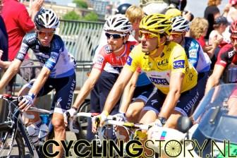Team Saxo Bank rijdt voorop met gele truidrager Fabian Cancellara (foto: © Laurens Alblas/Cyclingstory.nl)