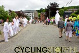 De lokale bewoners hadden zich speciaal uitgedost voor deze dag (foto: © Laurens Alblas/Cyclingstory.nl)