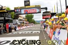 Om vijf uur is het dan eindelijk zover, de renners zijn in de buurt (foto: © Laurens Alblas/Cyclingstory.nl)