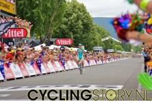 Vinokourov kwam na een ontsnapping als eerste aan in Revel, achter hem is het peloton al te zien (foto: © Laurens Alblas/Cyclingstory.nl)