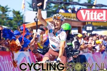Nicholas Roche komt juichend over de streep, blij met de zege van zijn ploegmaat (foto: © Laurens Alblas/Cyclingstory.nl)