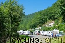 Elk mogelijk plaatsje op de berg was ingenomen door campers en auto's van wielerfans (foto: © Laurens Alblas/Cyclingstory.nl)