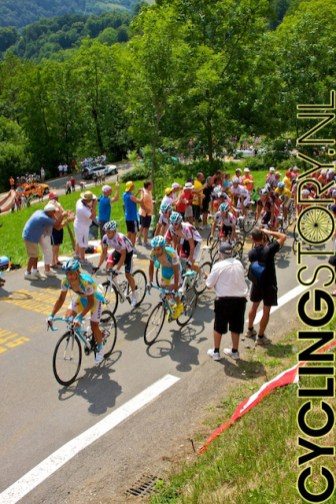 Het eerste peloton werd aangevoerd door Astana en Omega Pharma-Lotto (foto: © Laurens Alblas/Cyclingstory.nl)