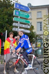 Chavanel nam zelfs zoveel tijd voor de fans dat de rest van het team al vertrokken was en hij door een paar fans nog snel de goede richting op gewezen werd (foto: © Laurens Alblas/Cyclingstory.nl)