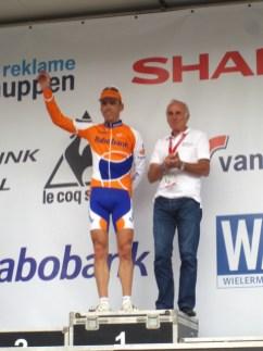 Koos Moerenhout werd gehuldigd door Joop Zoetemelk. (foto: © Tim van Hengel/Cyclingstory.nl)