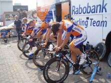 Inrijden bij de Rabobank. (foto: © Tim van Hengel/cyclingstory.nl)