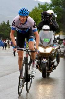 Ryder Hesjedal zat in z'n eentje op kop op de klim van de Col de Manse. In de achtergrond zijn de achtervolgende Boasson Hagen en Hushovd zichtbaar. Uiteindelijk zou Hesjedal als derde eindigen. (© 2011 Laurens Alblas / Cyclingstory.nl)