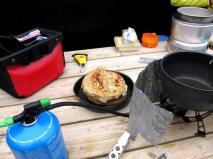 Brödbakning utomhus med stormkök på Färöarna.