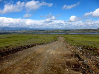 Grusväg på Island. Öppet landskap.