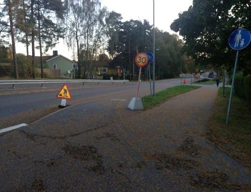 Trafikarbete, sänkning av hastigheten till 30. Inga skyltar i cykelbanan.