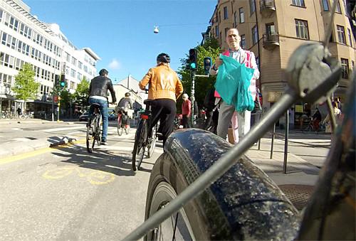 Trafikborgarrådet Daniel Helldén delar ut påsar.