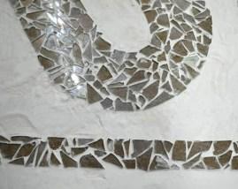 Mosaïque de pavement, bris de verre et plâtre.
