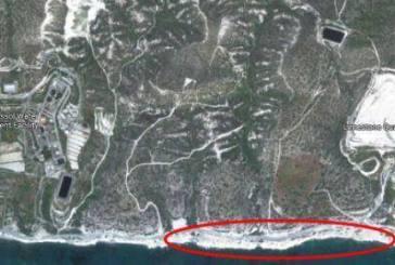 Η παραλία στην τοποθεσία Καραβόπετρα, νοτιοανατολικά μονάδας επεξεργασίας λυμάτων ΣΑΛΑ