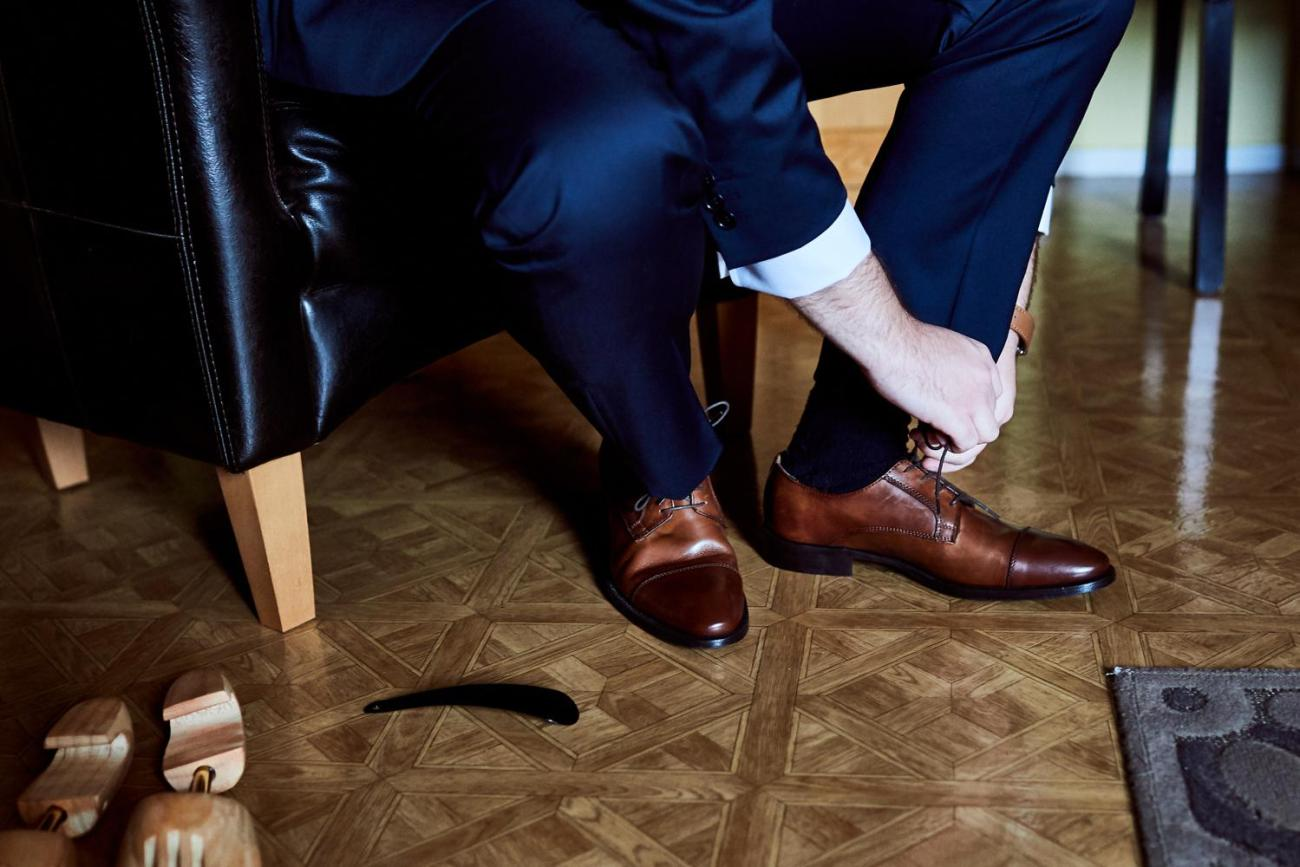 Mettre ses chaussures de mariage
