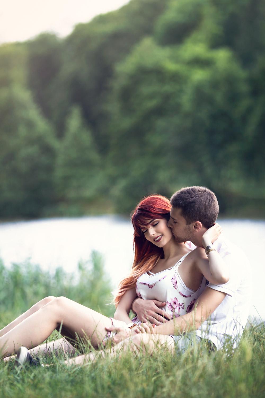 Séance engagement d'inspiration romantique près d'un lac par Cyril Sonigo, photographe sur Paris et l'Île-de-France