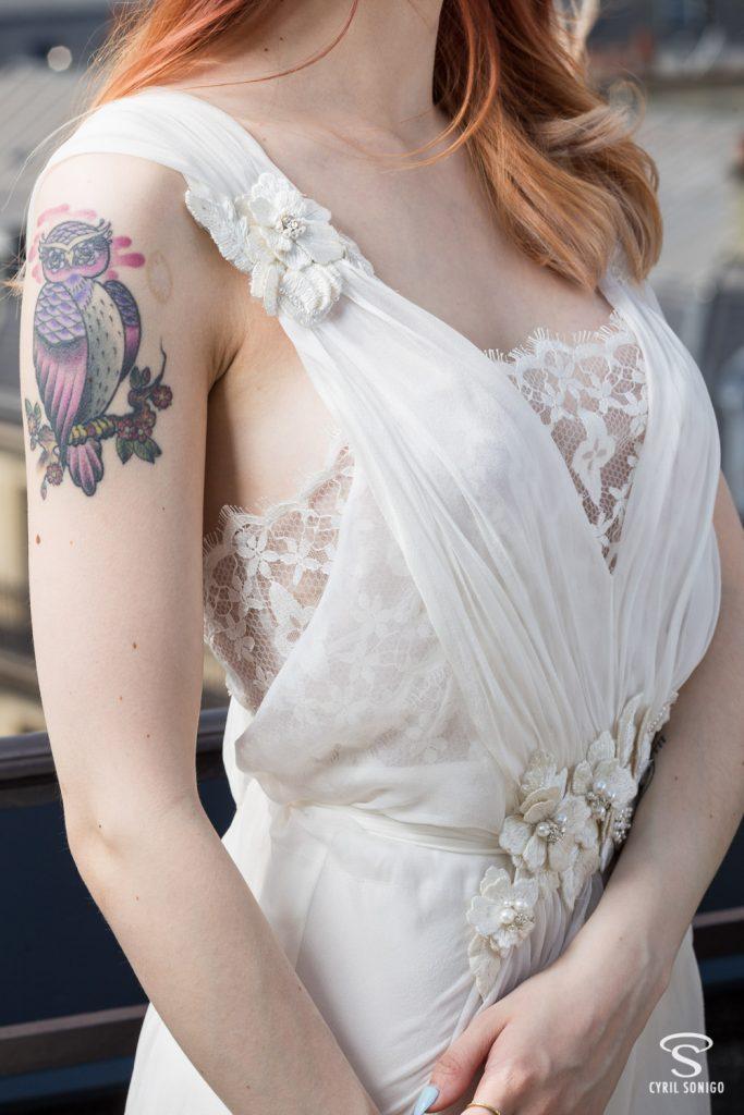Détail de la robe de mariée d'Alberta Ferretti par le photographe de mariage Cyril Sonigo