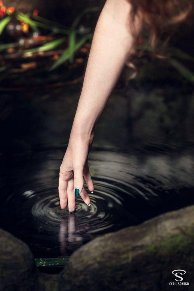 Séance de portrait fineart l'eau sombre des fontaines par le photographe Cyril Sonigo