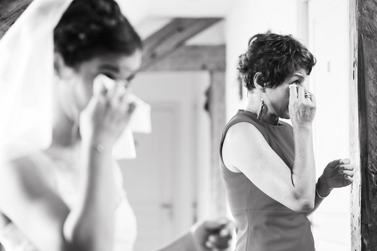 Emotion entre une mère et sa fille pendant les préparatifs du mariage