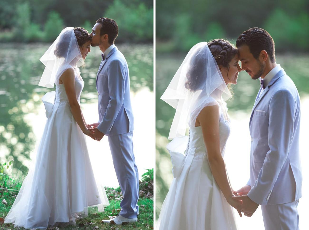 Photographie des mariés près d'un lac lors de leur mariage champêtre au Domaine du Moulin des Planches