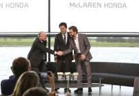 McLaren prezentacja kierowców 2015 09 Dennis Arai Alonso