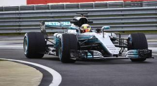 Mercedes W08 Hamilton przód 2 prezentacja