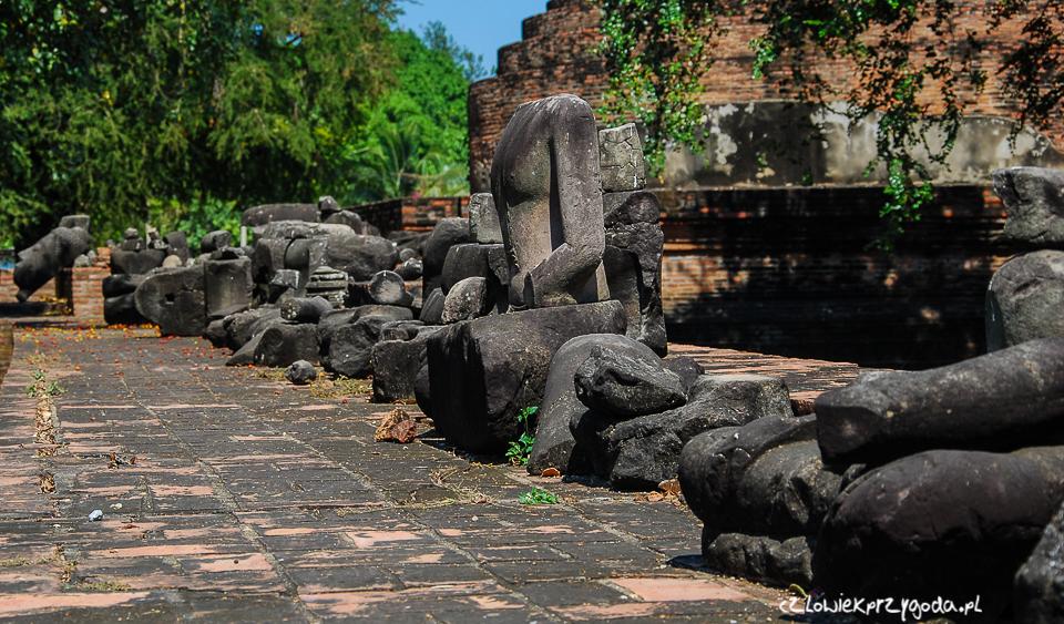 Zniszczone posągi w jednej z wielu Świątyń Wat.